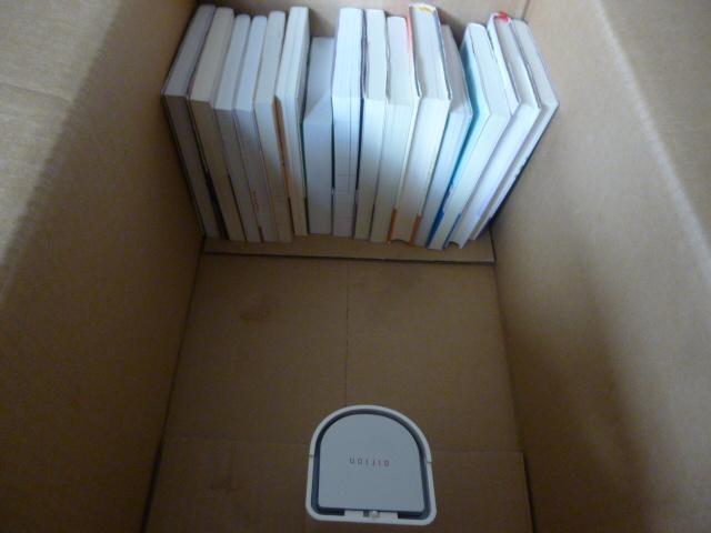 箱に本を詰める